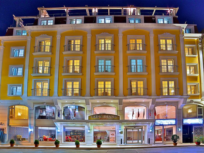 A hotel Isztambul szívében, a történelmi Sultanahmet városrészben található. Az új Hagia Sophia repülőtértől kb. 46 km-re fekszik.A nagy bazár, a Kék mecset és még számos nevezetesség egy rövid sétával elérhető. A villamos megállója csupán 100 méter távolságra van a hoteltől.