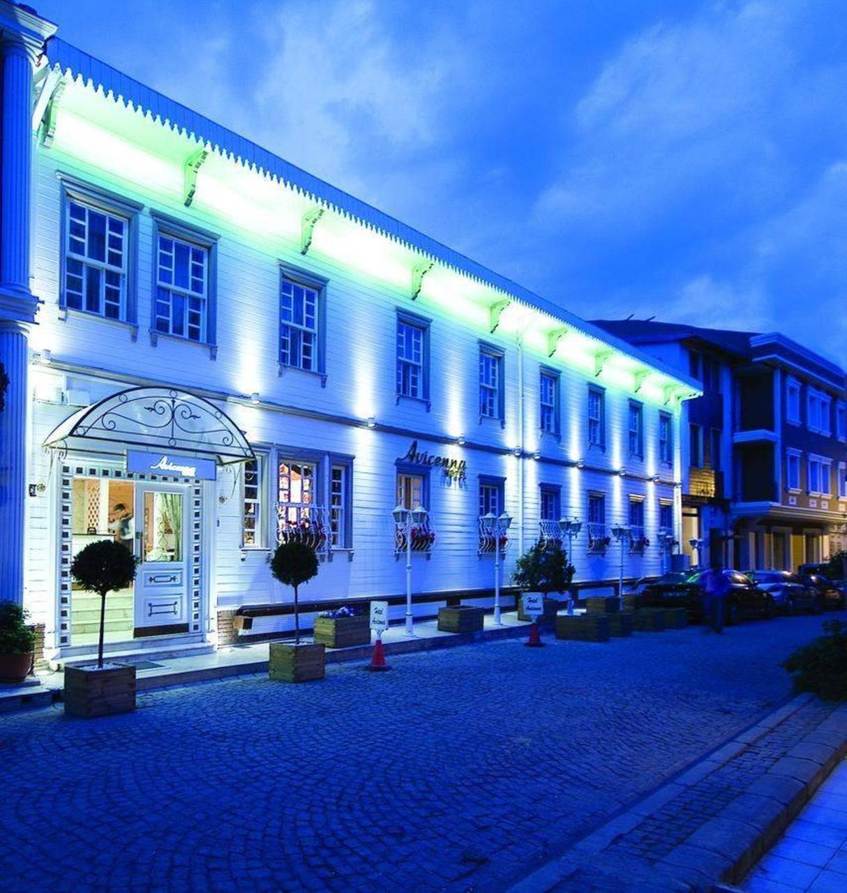 A nemrégiben felújított hotel Isztambul történelmi negyedében, Sultanahmetben helyezkedik el, az új Hagia Sophia repülőtértől kb. 46 km-re fekszik. A Hagia Sophia, a Kék mecset és a Topkapi palota is egy rövid sétával megközelíthető.