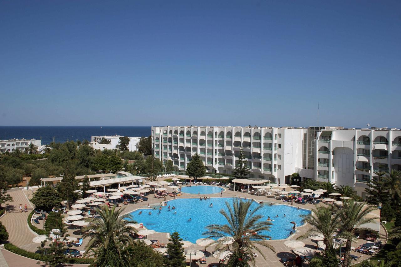 Közvetlenül a gyönyörű homokos tengerparton található, a főépület és a part között hatalmas pálmafás kert terül el. Monastirtól 30 km-re (kb. 30 perc transzferidő), míg Enfidhától 40 km-re (kb. 35 perc transzferidő) található, Port El Kantaoui jachtkikötője 3 km-re, Sousse központja kb. 10 km-re van.
