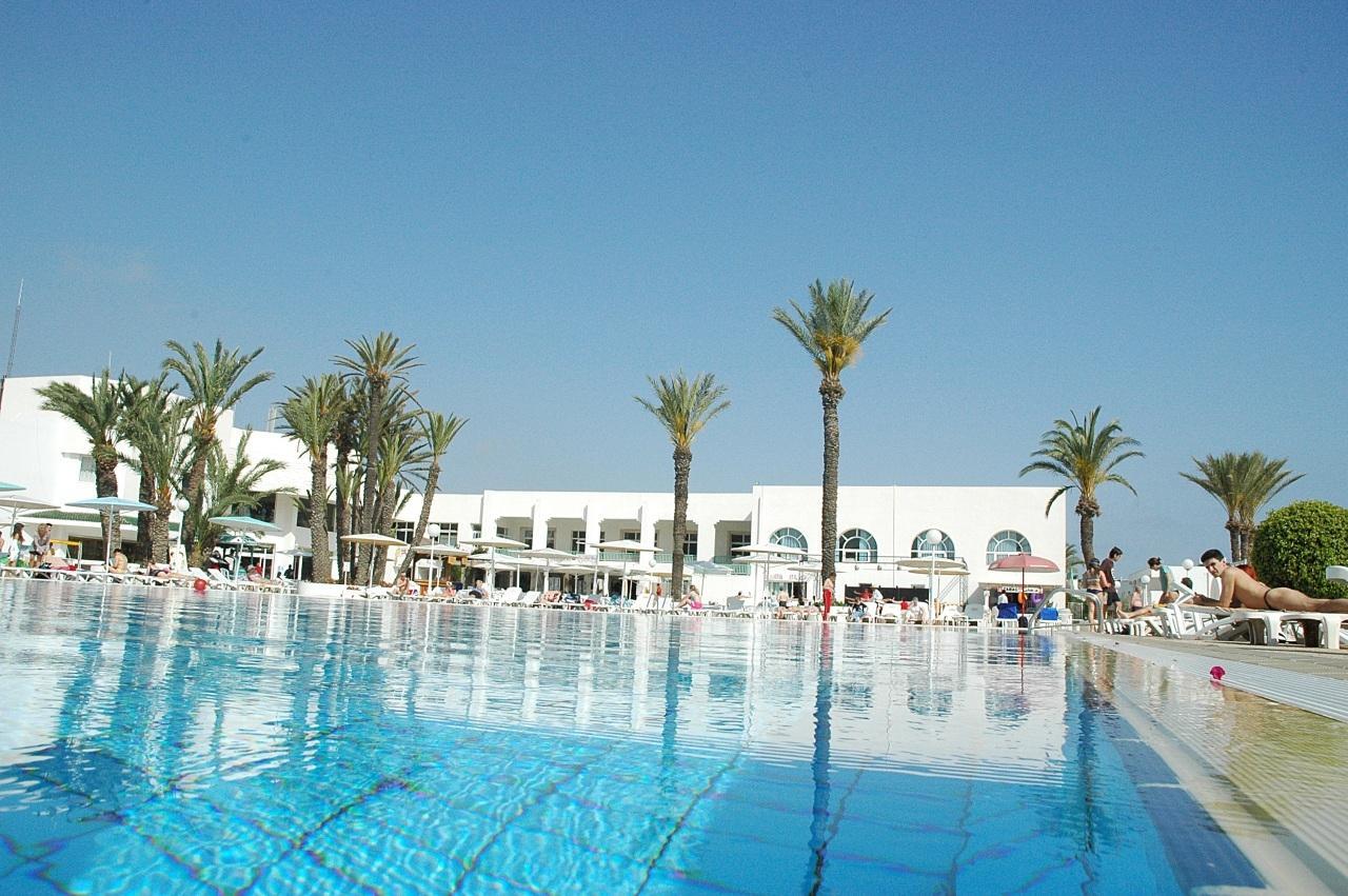 Közvetlenül a gyönyörű homokos tengerparton, nagy területen helyezkedik el. Monastirtól 35 km-re található (kb. 35 perc transzferidő), Enfidhától 36 km-re (kb. 35 perc transzferidő), a Port El Kantaoui jachtkikötőtől 4 km-re, Sousse központjától kb. 10 km-re.