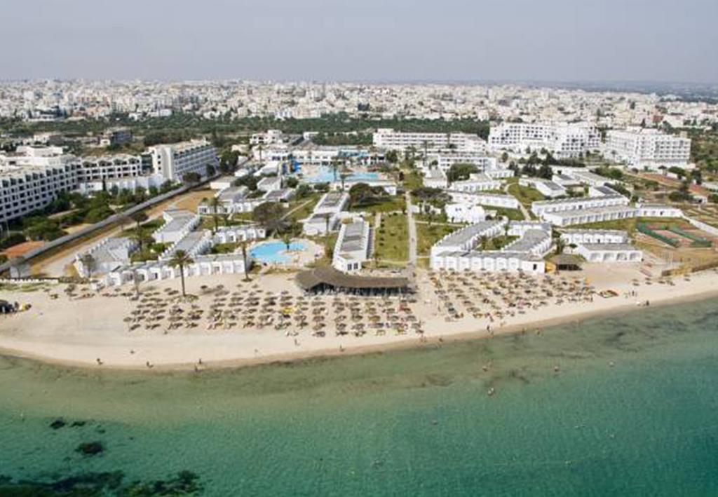 A szálloda közvetlenül saját homokos tengerpartján, Sousse városában található, 16 km-re a monasztiri repülőtértől, 25 km-re Monastir belvárosától, 4 km-re a kantaoui kikötőtől és 4 km-re Sousse belvárosától.