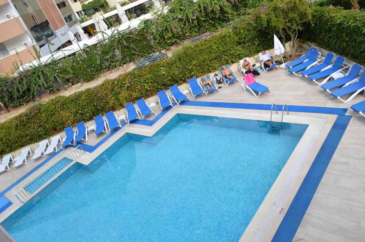 A szálloda Kemer üdülőövezetben, a központban található, az antalyai repülőtértől 55 km-re. A kavicsos tengerpart a hotellel szemben található.