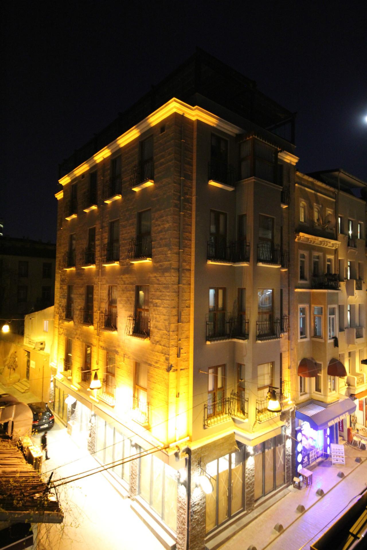 Az új Hagia Sophia repülőtértől kb. 44 km-re fekszik, Isztambul történelmi városközpontjában, a Taksim negyedben. A 125 éves épület első tulajdonosa Naum pasa volt, aki Isztambul második legnagyobb színházának alapítója.
