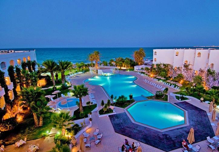 A szálloda saját tengerpartján, Monastir központjától 50 km-re, Sousse központjától 70 km-re, a monastiri repülőtértől pedig 55 km-re fekszik.